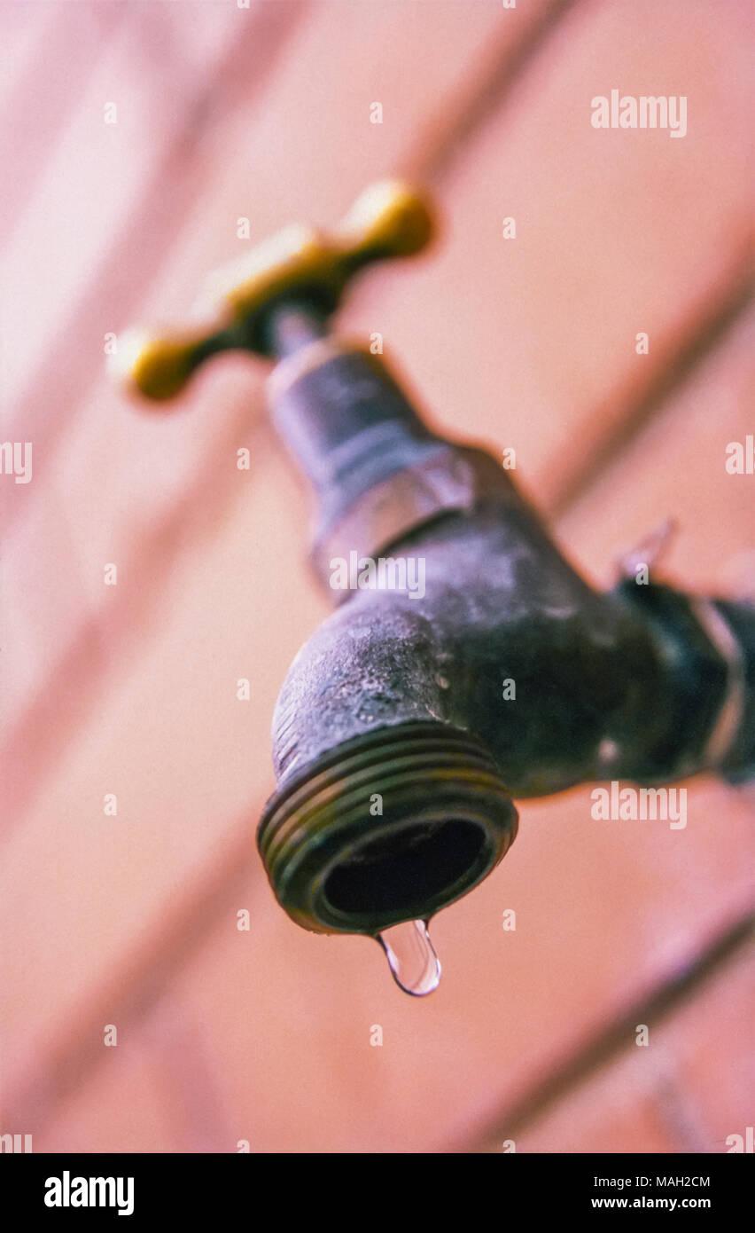 Tippen Sie Auf Oder Der Wasserhahn Undicht Stockfoto Bild
