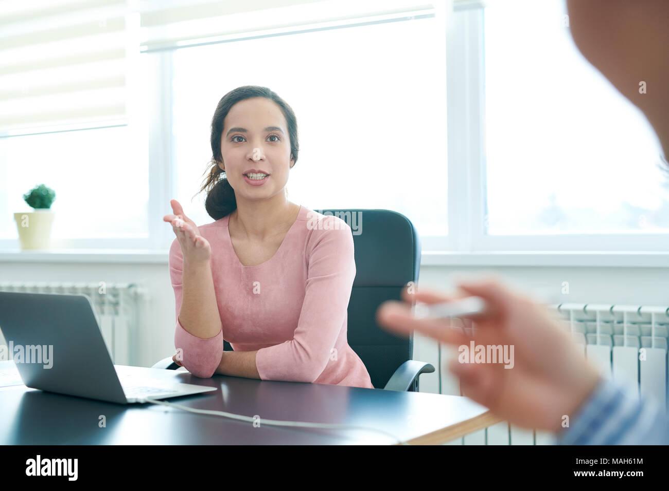 Enthusiastisch business lady diskutieren Agenda mit Kollegen Stockbild