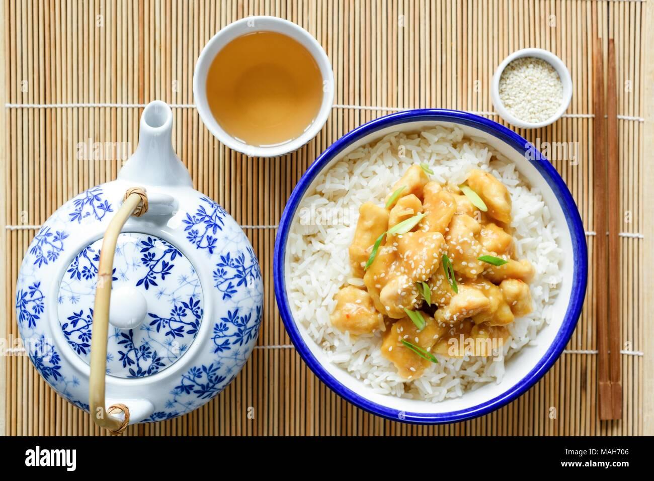 Chinesische orange Huhn mit Reis, China Teekanne und Tasse grünen ...