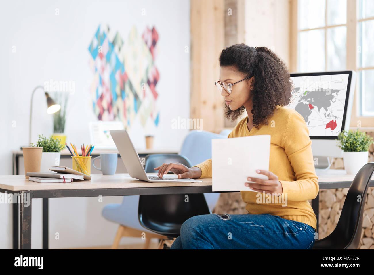 Junge Geschäftsfrau arbeitet sie an ihrem Laptop konzentriert Stockbild