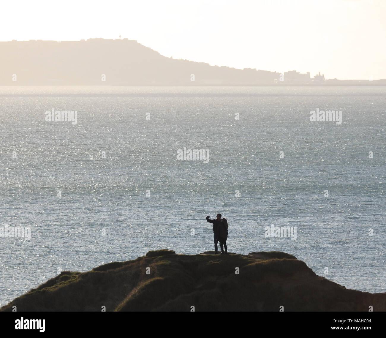 Paar unter Selfie auf einer hohen Klippe an der Küste Stockbild