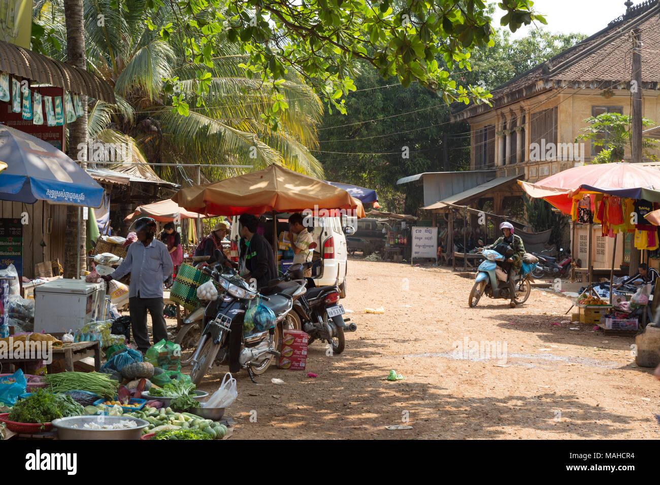 Kambodscha Markt, Markt, Chhlong - Marktstände und alten kolonialen französischen Gebäude, Chhlong Stadt, Provinz Kratie, Kambodscha Asien Stockbild