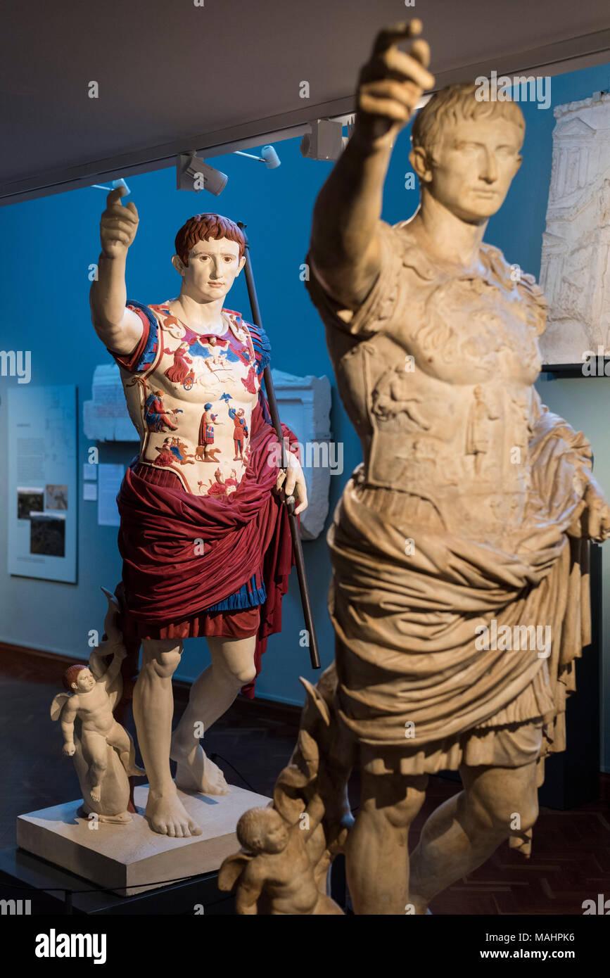 Oxford. England. Malte Gips Kopie der Statue des römischen Kaisers Augustus von Prima Porta. Das Ashmolean Museum. In dieser Rekonstruktion, die orig Stockbild