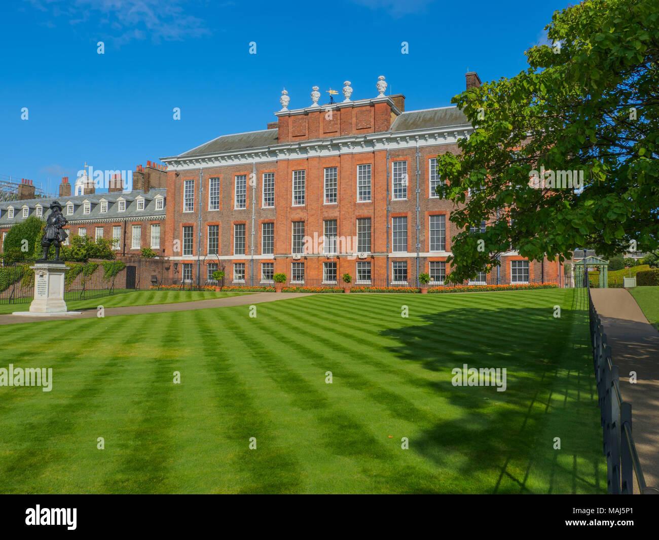 Blick auf Kensington Palace, eine königliche Residenz im Park Kensington Gardens mit einer Statue von König William III. in London an einem sonnigen Tag. Stockfoto