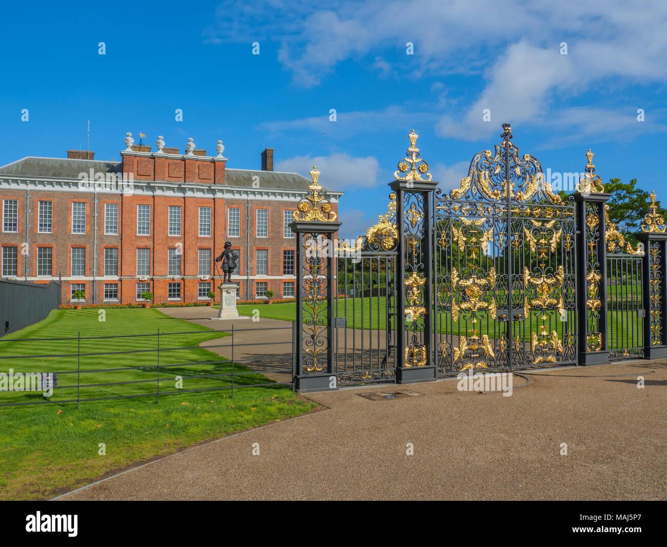 Blick auf Kensington Palace, eine königliche Residenz im Park Kensington Gardens mit einer Statue von König William III. in London an einem sonnigen Tag. Stockbild