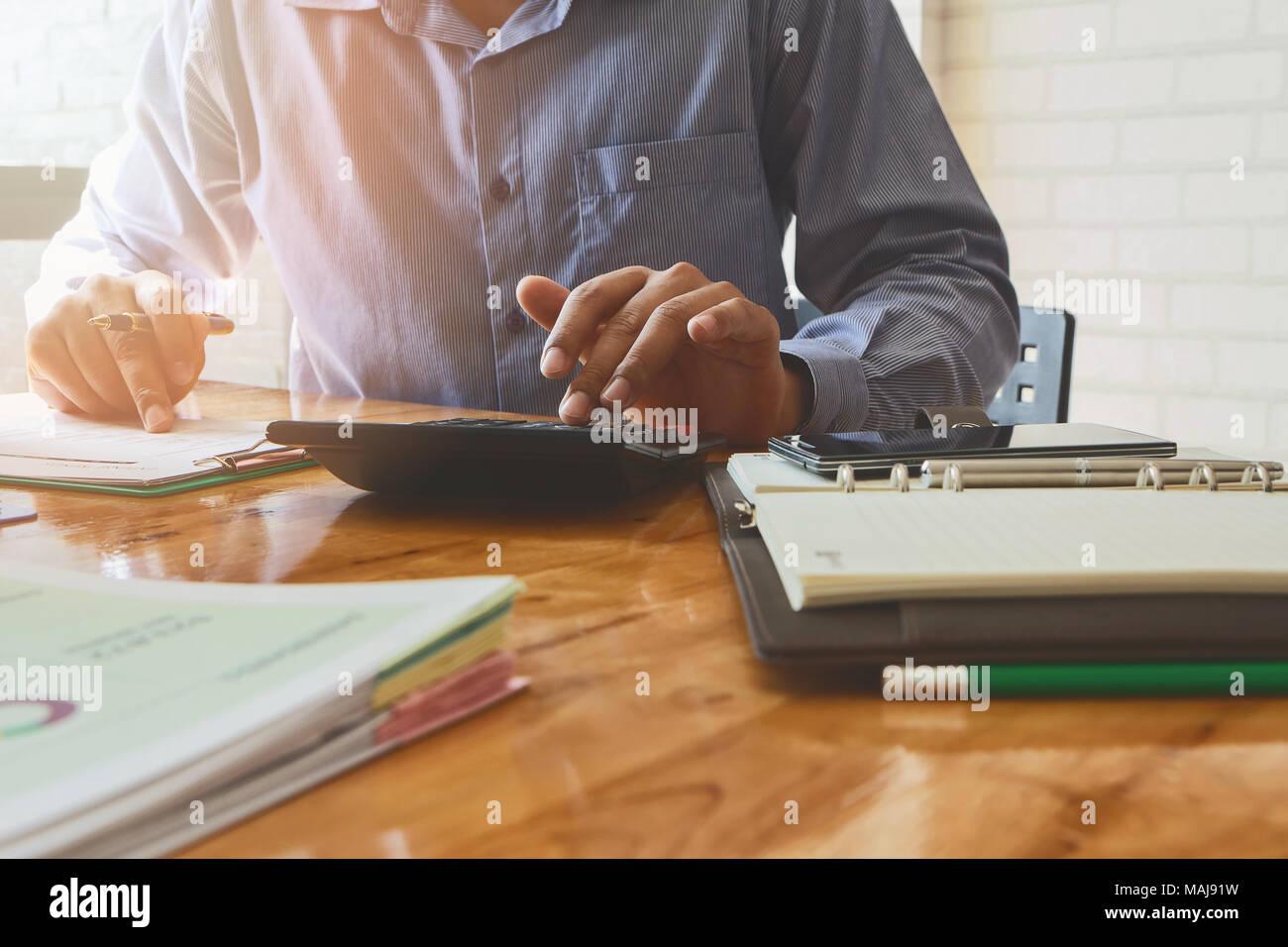 Nahaufnahme, Geschäftsmann, Hand mit Taschenrechner. Professionelle Anleger über die Kosten berechnen. Finance Manager Aufgabe. Stockbild