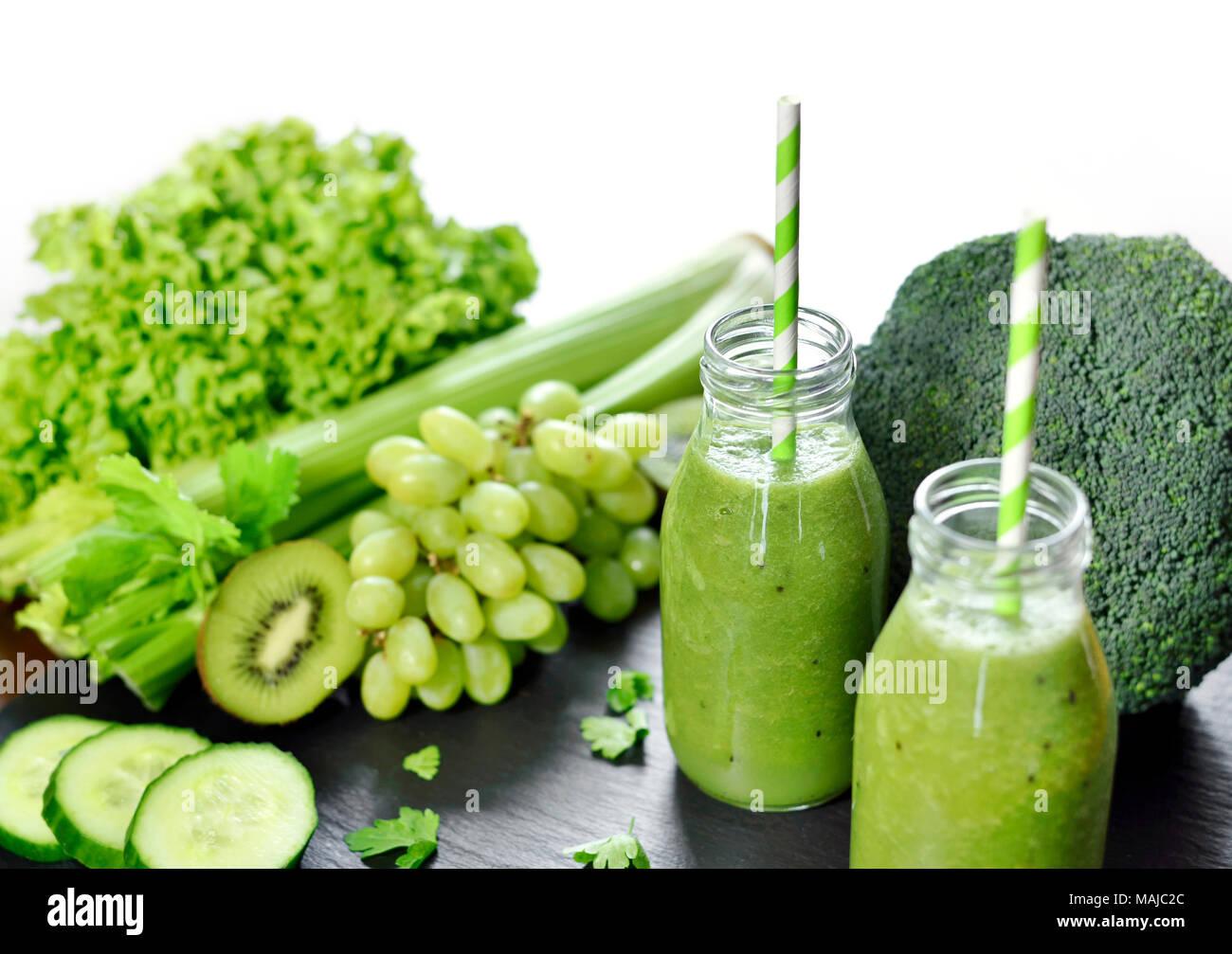 Grüne Smoothie in Gläser. Fitness oder Diät Drink mit Kiwi, Brokkoli ...