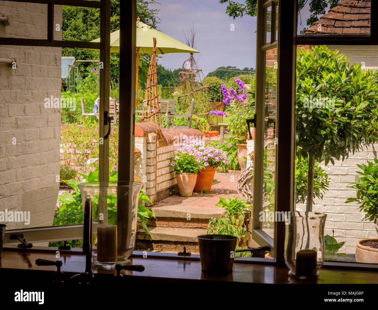 Sommerküchen Garten : Eine sommerküche garten aus gesehen in einem haus suchen stockfoto