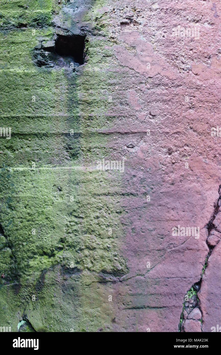 Eine Betonwand nützlich als Hintergrund mit Moos Stockbild