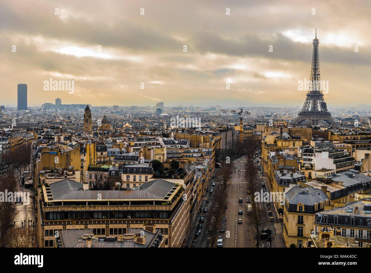 Eiffelturm nach einem regnerischen Tag in der romantischen Stadt Paris. Stockbild