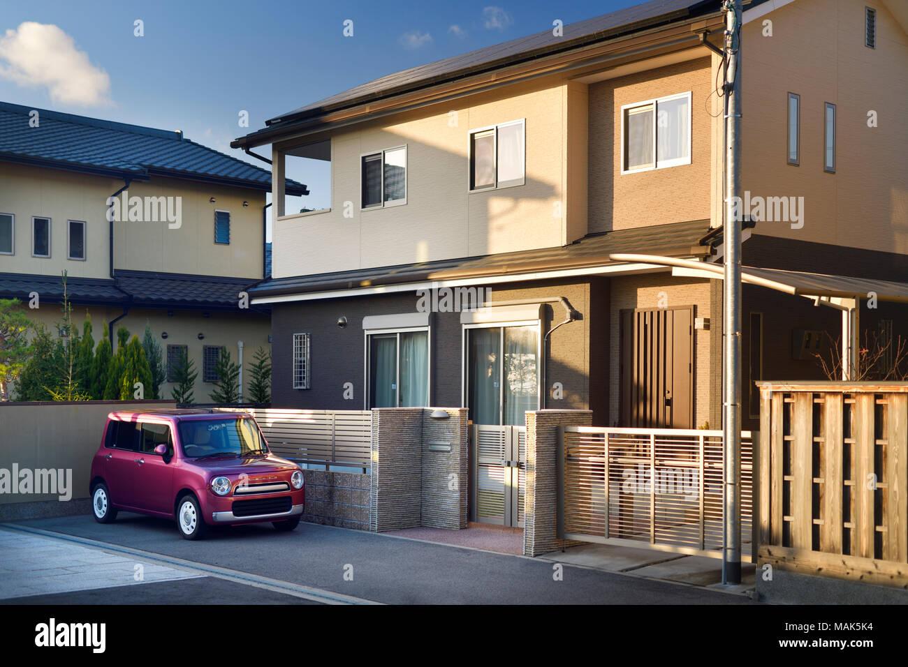 Moderne Japanische privaten Wohnhaus Äußeres mit einem kleinen Auto ...