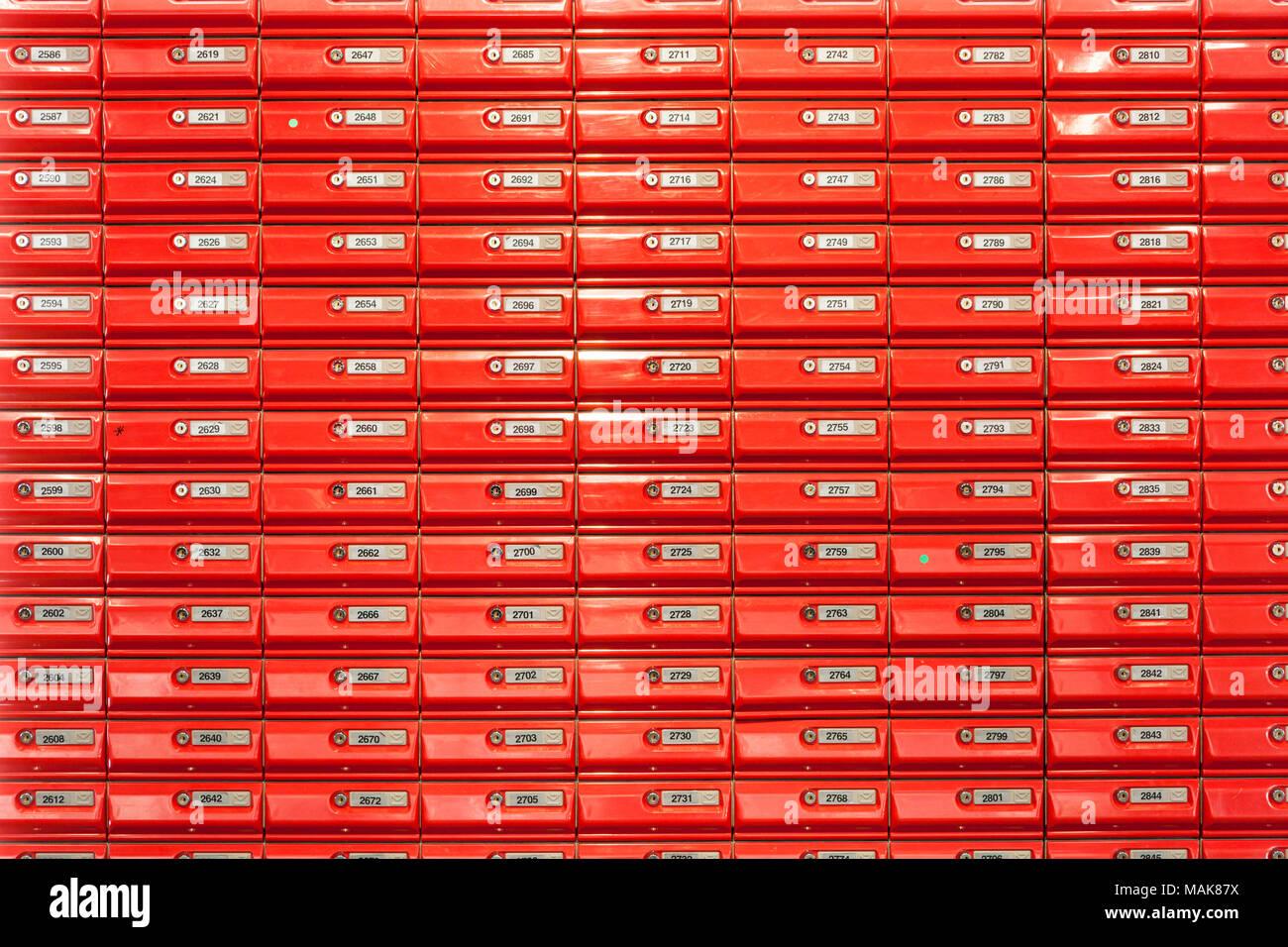 Red Mailboxen in Post abschließbare Briefkästen Wand in einem post Neuseeland montiert Stockbild