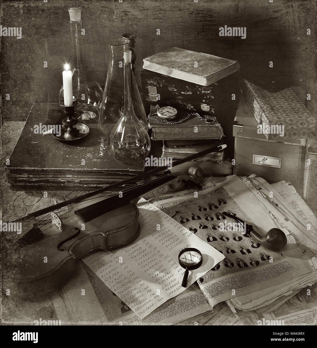 Violine, Rauchen und andere Entourage von Sherlock Holmes Stockbild