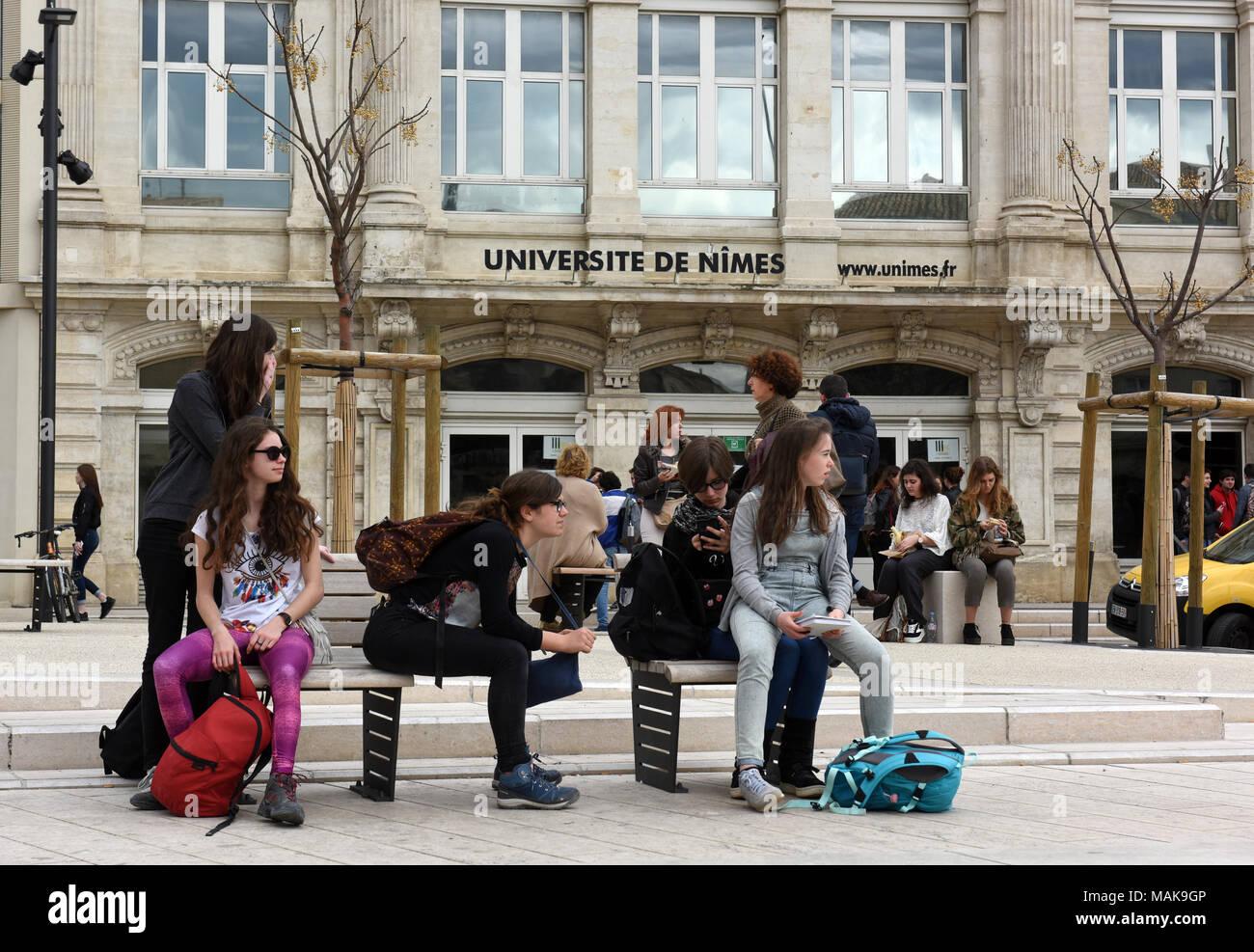 Studenten außerhalb NImes Universität in Frankreich Stockbild