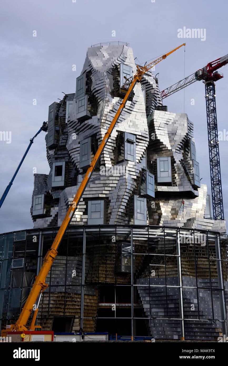 Frank Gehry Tower die Luma Arles Art Center im Bau in Arles Südfrankreich. Stockbild