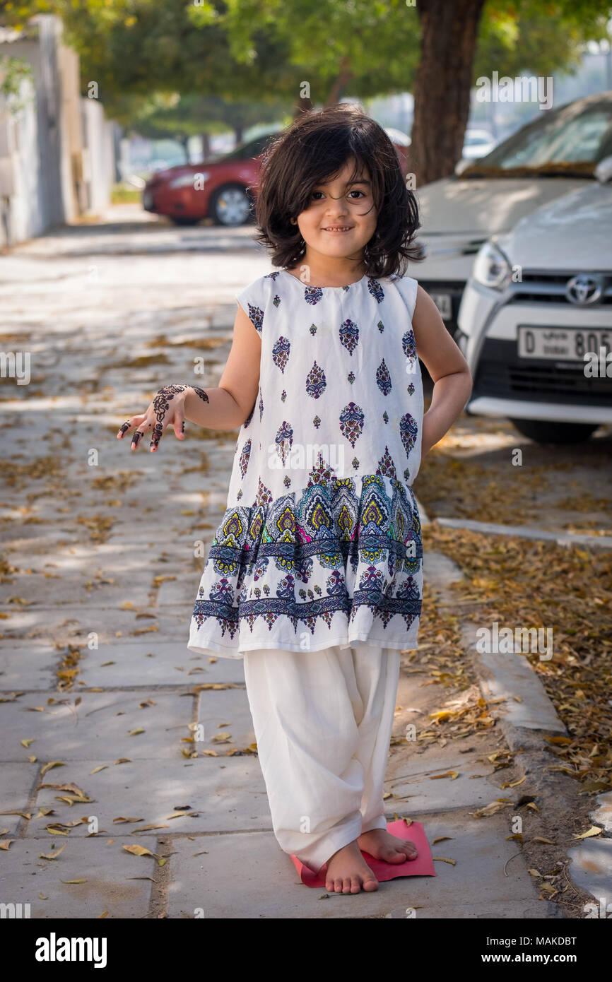 Ein kleines Mädchen für Fotoshooting, die traditionelle ...