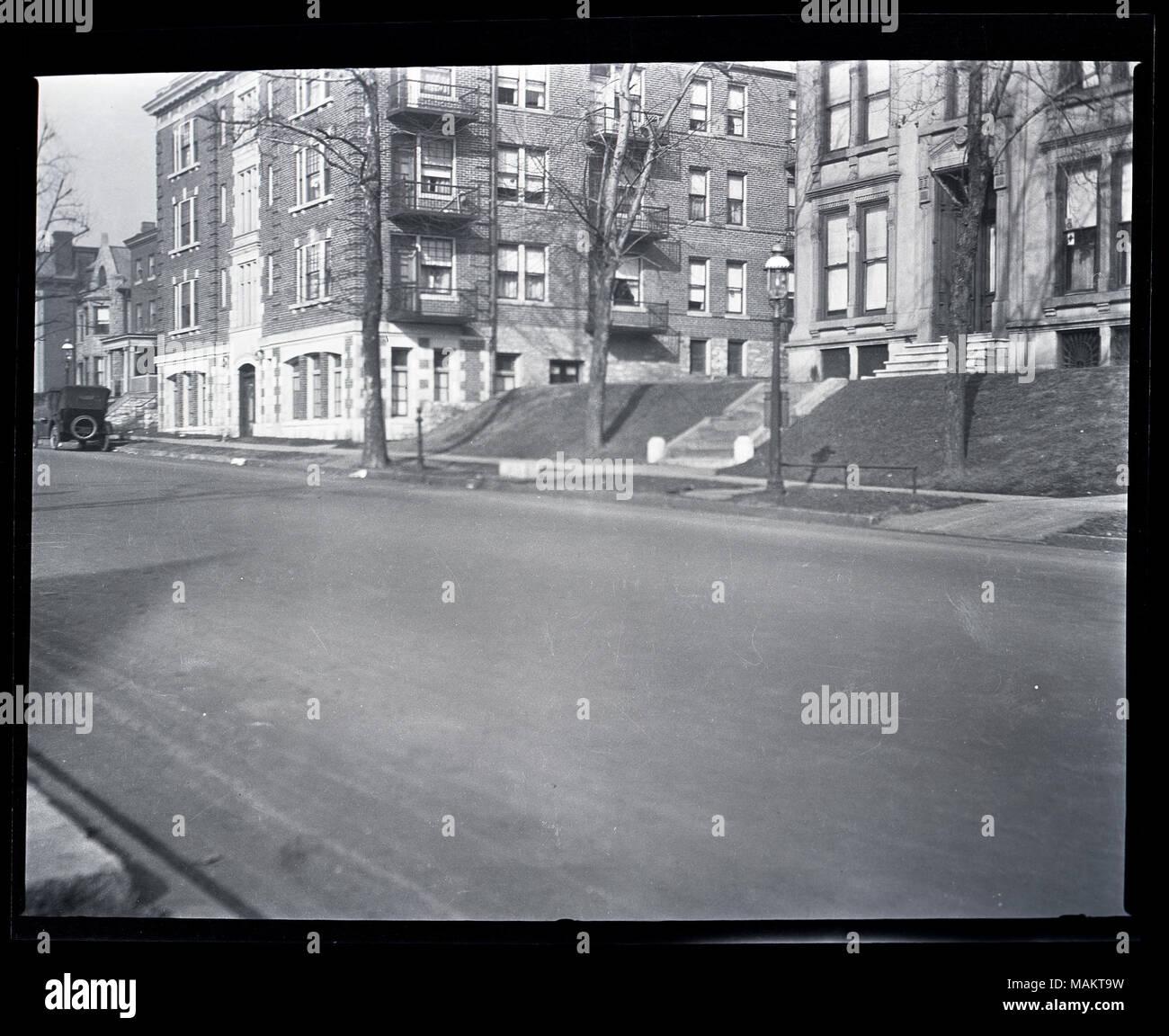 Horizontal, Schwarz und Weiß Foto, Wohnungen und einer Wohnanlage auf der 4000-Block auf der Washington Avenue im Central West End. Die Sicht ist von schräg über die Straße und zeigt die vier-stöckiges Gebäude aus Backstein und Stein, mit einem Haus auf der rechten Seite. Es gibt Wohnungen teilweise sichtbar weiter die Straße hinunter, auf der linken Seite. Es gibt Bäume und einen Bürgersteig vor dem Gebäude und ein Auto auf der Straße geparkt. Titel: Wohnungen und einer Wohnanlage auf der 4000-Block auf der Washington Avenue im Central West End. . Zwischen 1917 und 1918. Stockbild