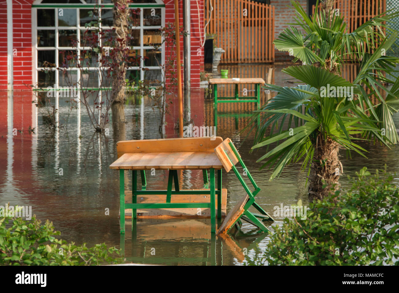 Die erhöhte Wasser aus Regen im Vorgarten Haus Konzept