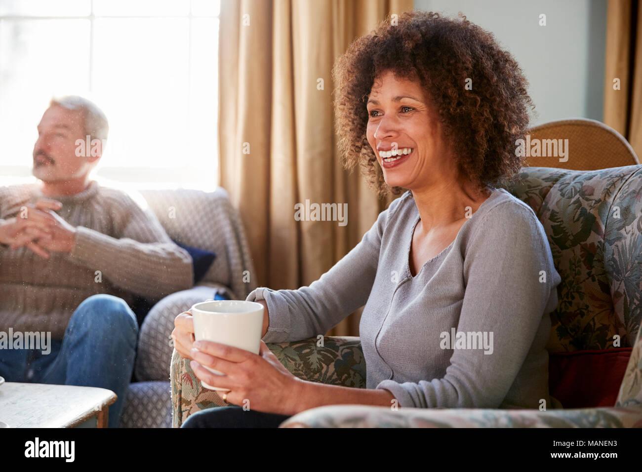 Paar mittleren Alters Treffen mit Freunden um den Tisch im Café Stockbild