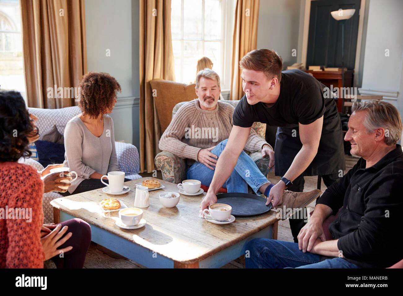 Kellner servieren Gruppe von Reifen Freunde in Coffee Shop Stockbild