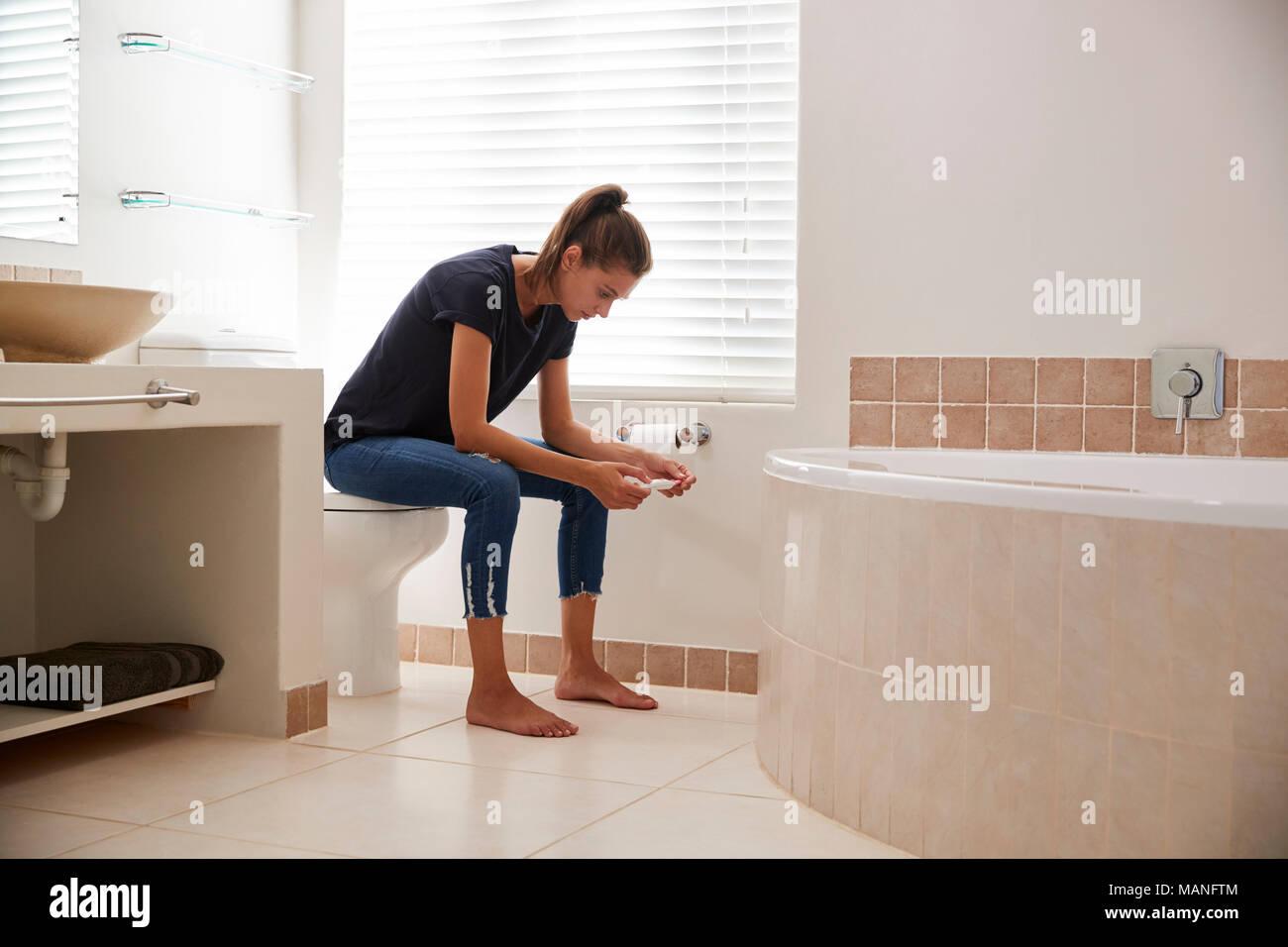 Betroffene Frau Im Badezimmer Mit Startseite Schwangerschaft Test Stockfotografie Alamy