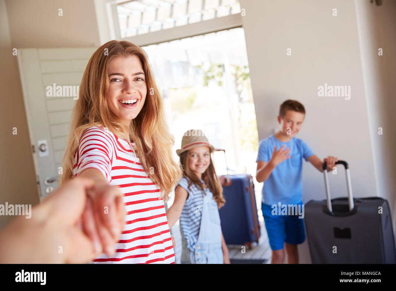 POV-Shot von Familie mit Gepäck verlassen Haus für Ferienhäuser Stockbild