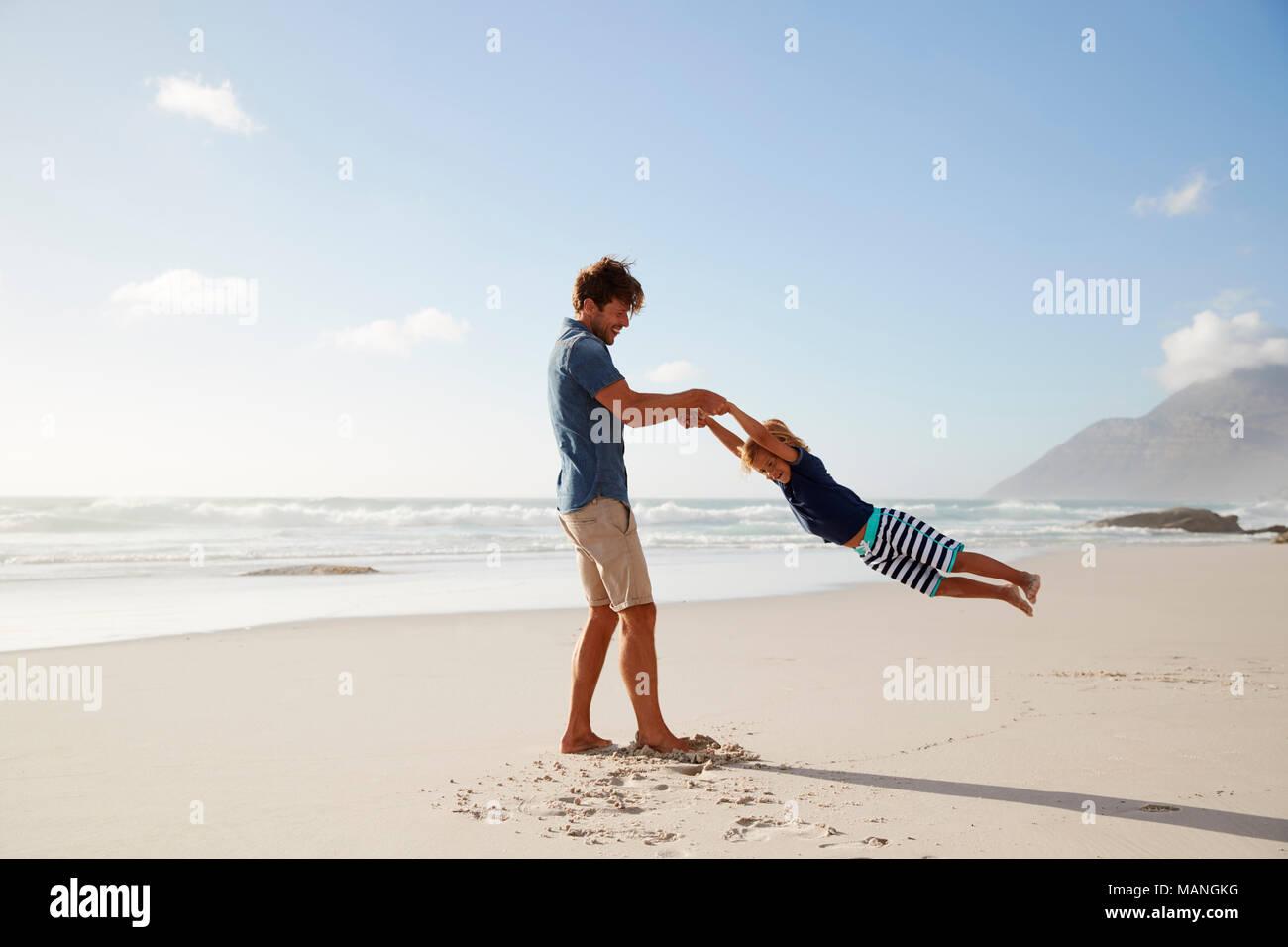 Vater Spaß mit Sohn auf Sommer Strand Ferienhäuser Stockbild