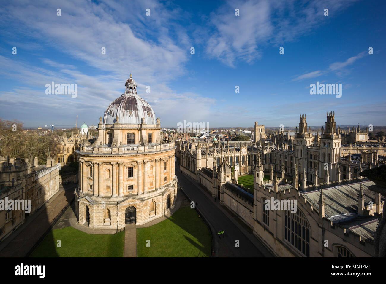 Oxford. England. Blick auf Radcliffe Camera, Radcliffe Square mit All Souls College auf der rechten Seite. Von James Gibbs entworfen, gebaut 1737 - 49 zu Haus die Stockbild