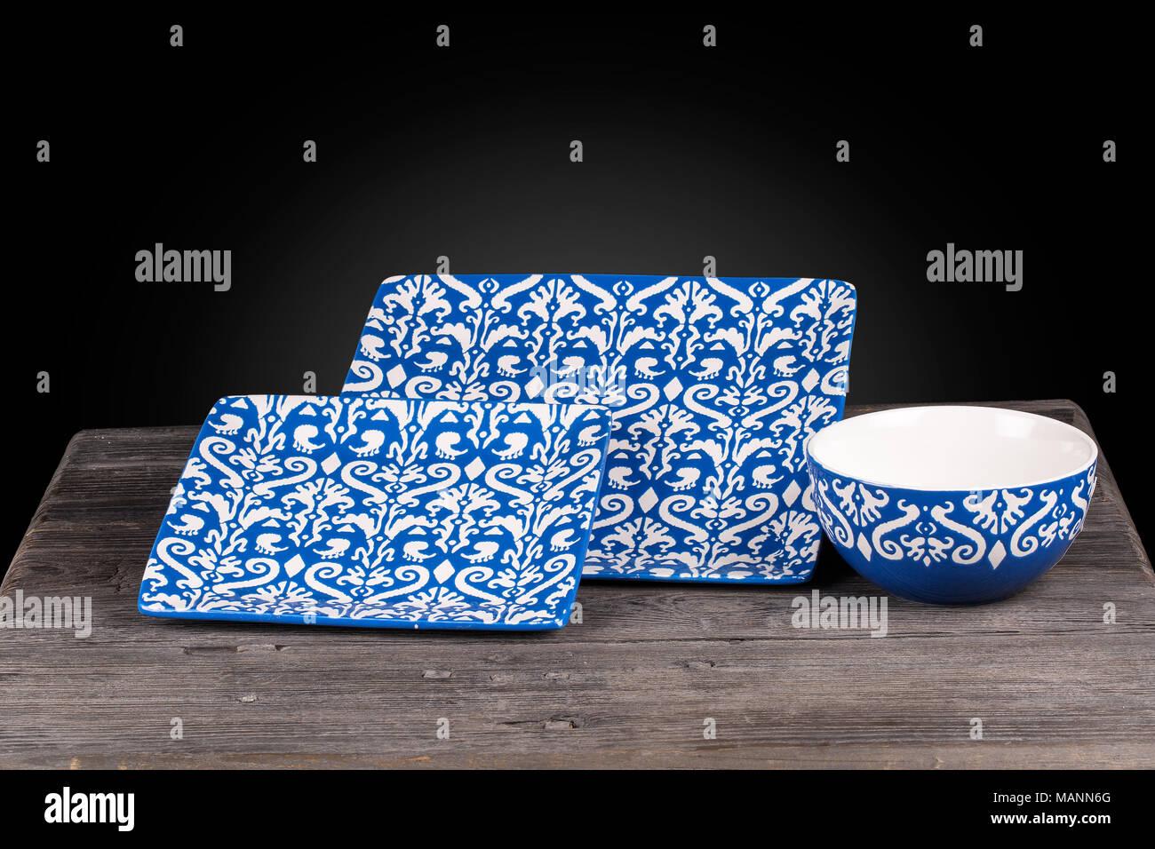 in der nhe der traditionellen floralen muster rechteck teller und schssel geschirr in wei und trkis blauen farbe auf einem holztisch isoliert auf - Geschirr Muster