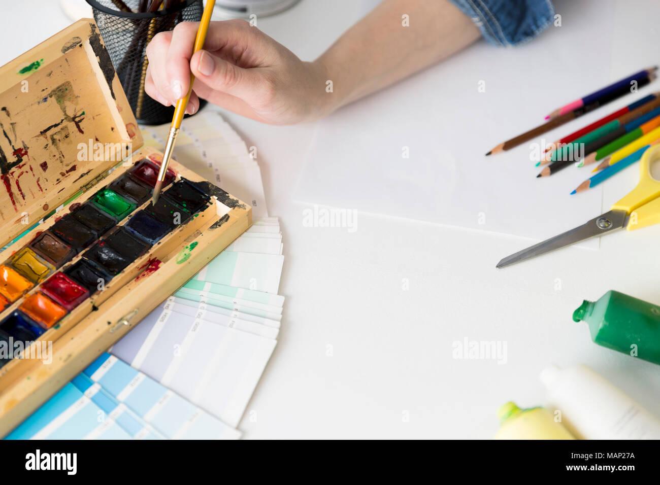 Ideen Kreative Cccupation Design Studio Malerei Start Konzept. Frau  Arbeiten Mit Farbe Und Farben