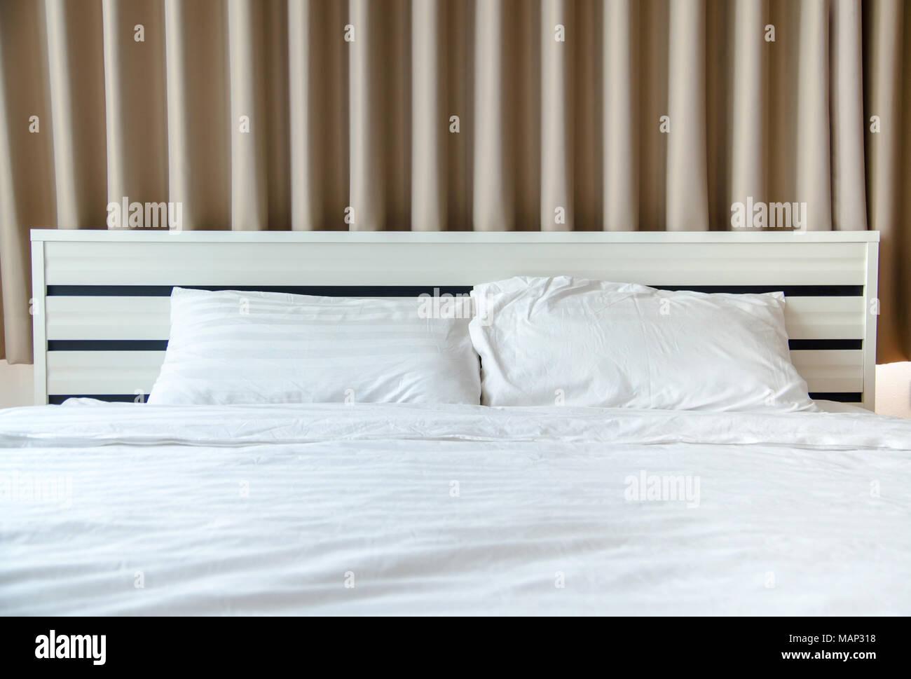 Inspirierend Schlafzimmer Bett Weiß Sammlung Von Quilt Weiß Kissen Auf Weißen Im