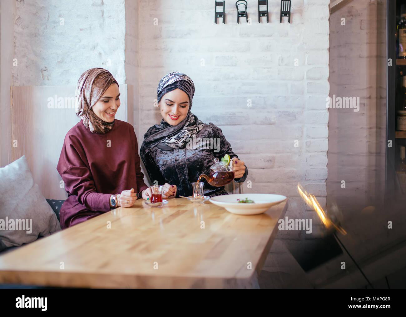 Zwei kaukasischen muslimischen Frau trinkt Kaffee im Cafe Stockbild