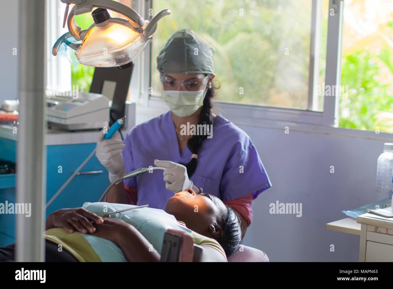 Freiwillige Zahnärzte in der Dominikanischen Republik arbeiten Stockfoto