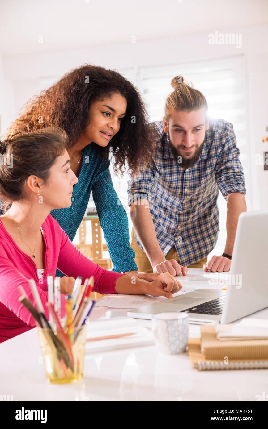Brainstorming bei der Inbetriebnahme Büro. multi-ethnischen Creative Team Stockfoto
