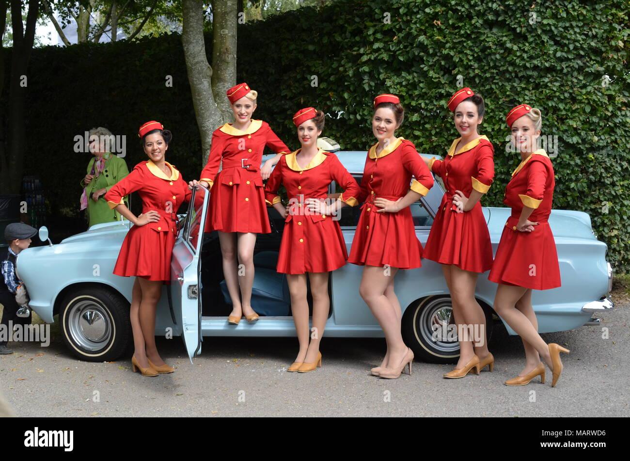 Mädchen in Taxi Uniformen im Rahmen der Goodwood Revival 2014 Fall jedes Jahr an der West Sussex Motor Circuit statt. Stockbild