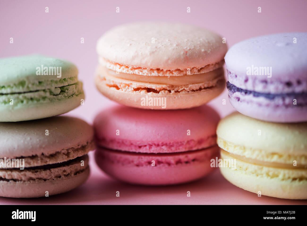 Süße französische Makronen Kuchen (oder MACARONS) mit Vintage pastellfarbenen Ton auf rosa Hintergrund. Stockbild
