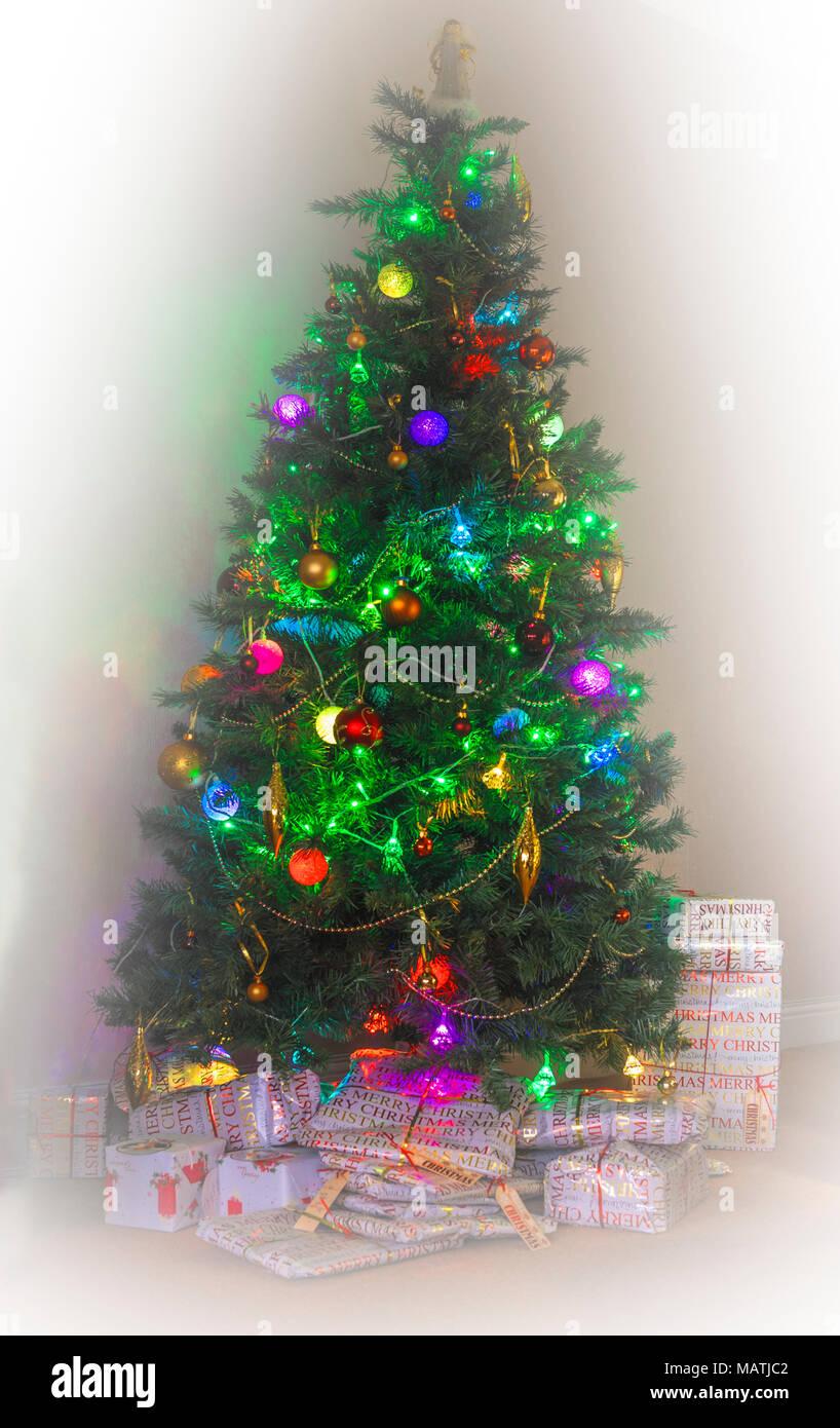 Wunderbar Beleuchtete Weihnachtsbäume Im Freien Bilder - Elektrische ...