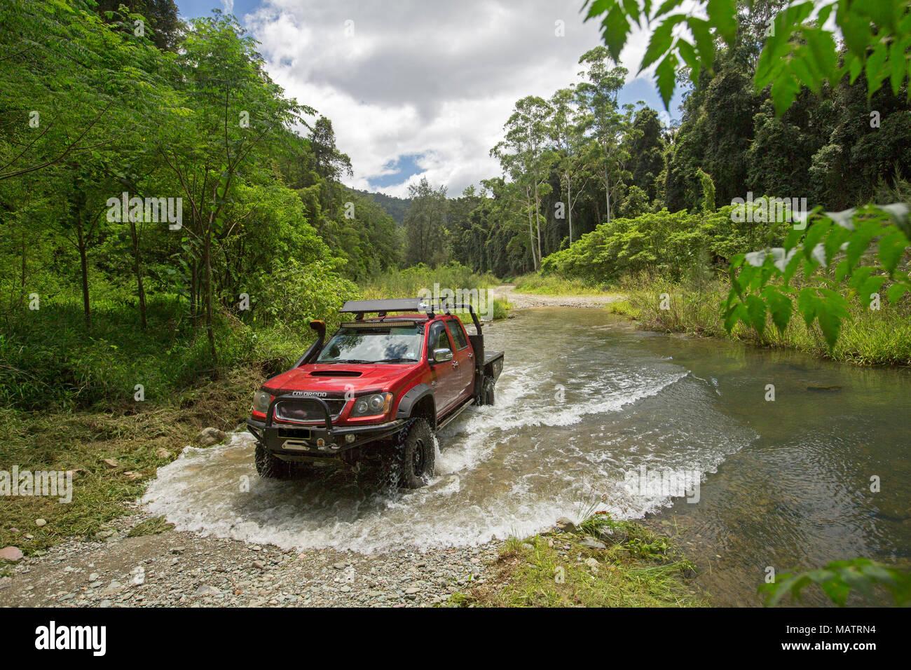 Red Allradantrieb Fahrzeug Kreuzung Creek mit smaragdgrünen Wäldern in Conondale Ranges National Park Queensland Australien gesäumt Stockbild