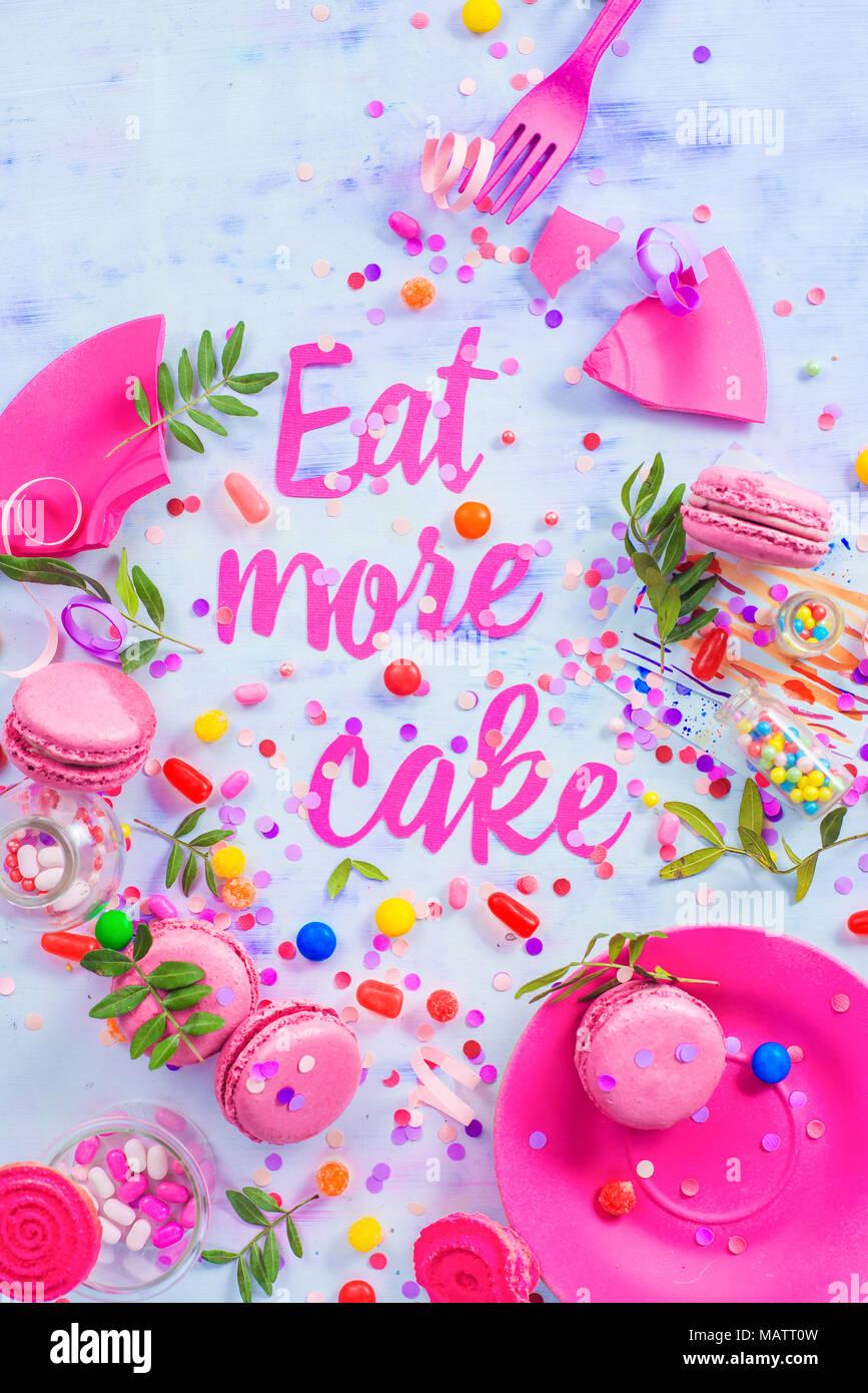 Party Konzept mit mehr essen Kuchen Papier Text, Bonbons, Süßigkeiten, Konfetti und macarons. Farbenfrohe Geburtstagsfeier flach. Stockfoto