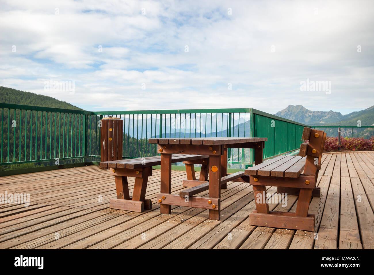 Outdoor Holz Bank Stuhl Und Tisch Holz Auf Holz Fußboden In Der Balkon Mit  Berg  Landschaft Im Sommer Natürlichen Hintergrund.