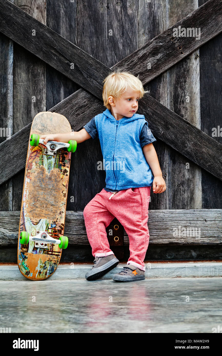 kleine skater mit skateboard viel spa bevor kinder. Black Bedroom Furniture Sets. Home Design Ideas