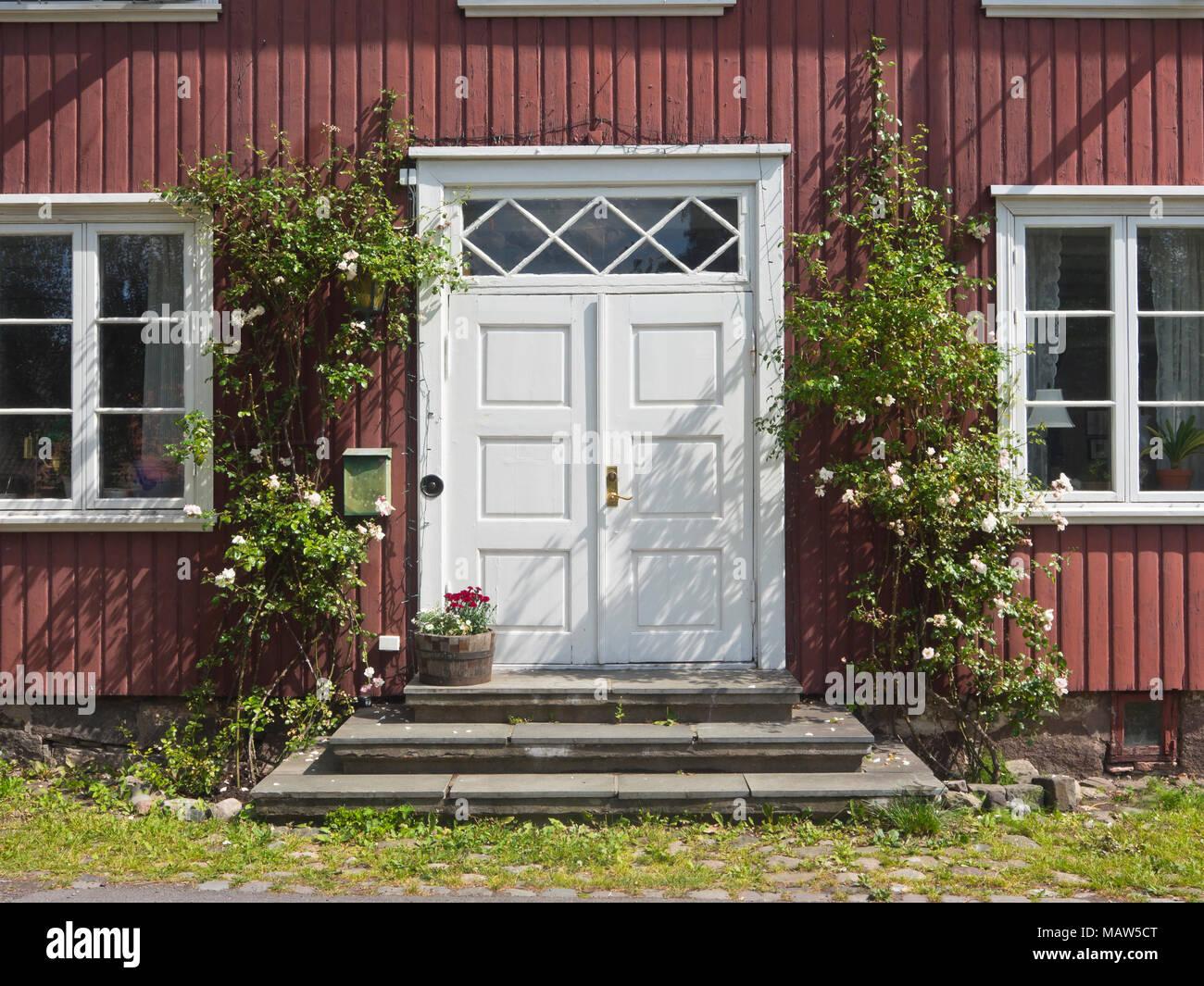 Idyllische sommer Bild von Horten Norwegen, roten alten Holzhaus mit ...