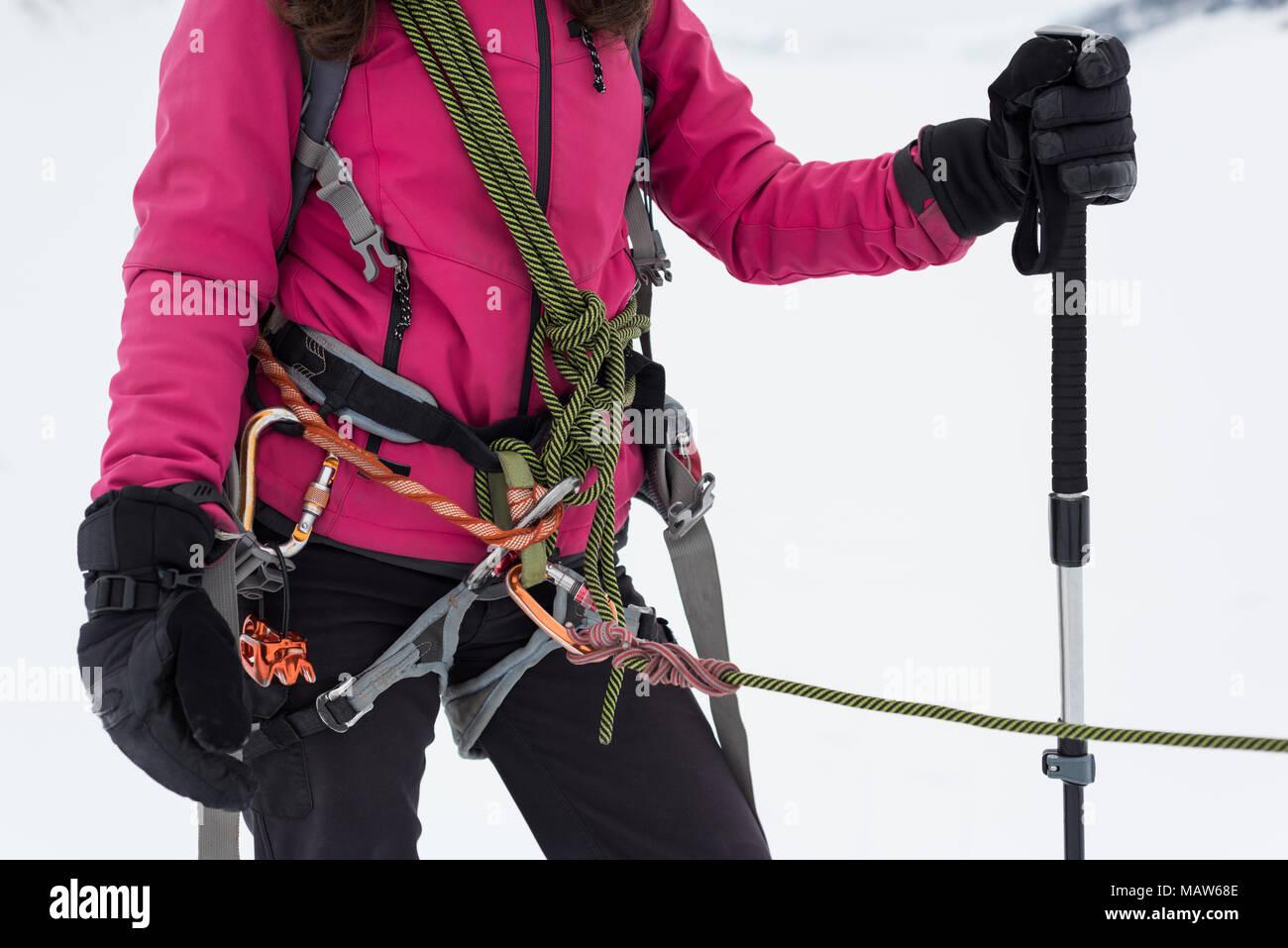 Klettergurt Aus Seil Binden : Weibliche bergsteiger mit kabelbaum und das seil im verschneiten