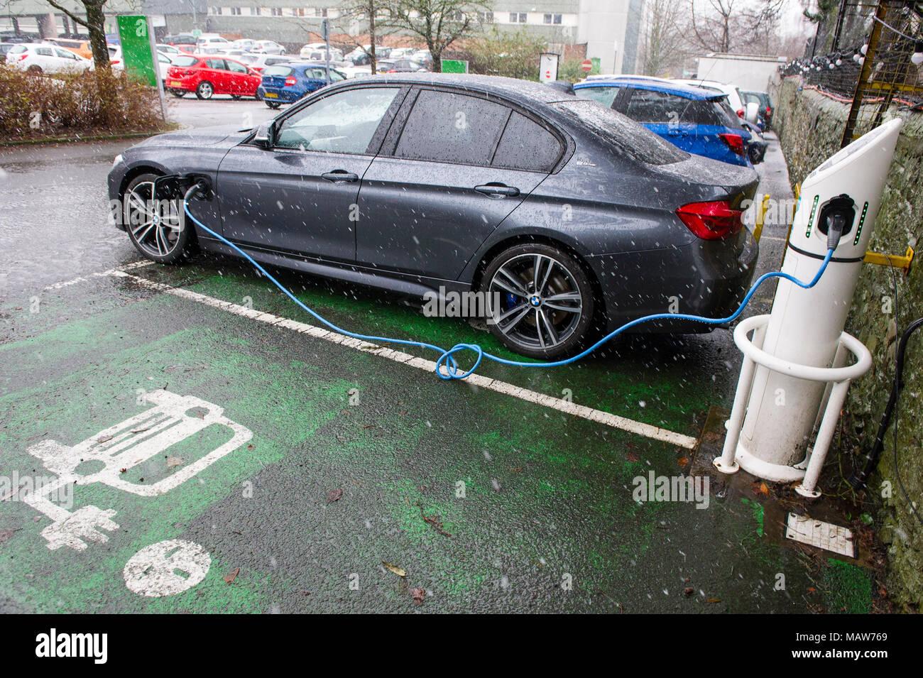 Elektroauto wieder aufladen an eine immer warmen Stromtankstelle, Edinburgh GROSSBRITANNIEN Stockbild