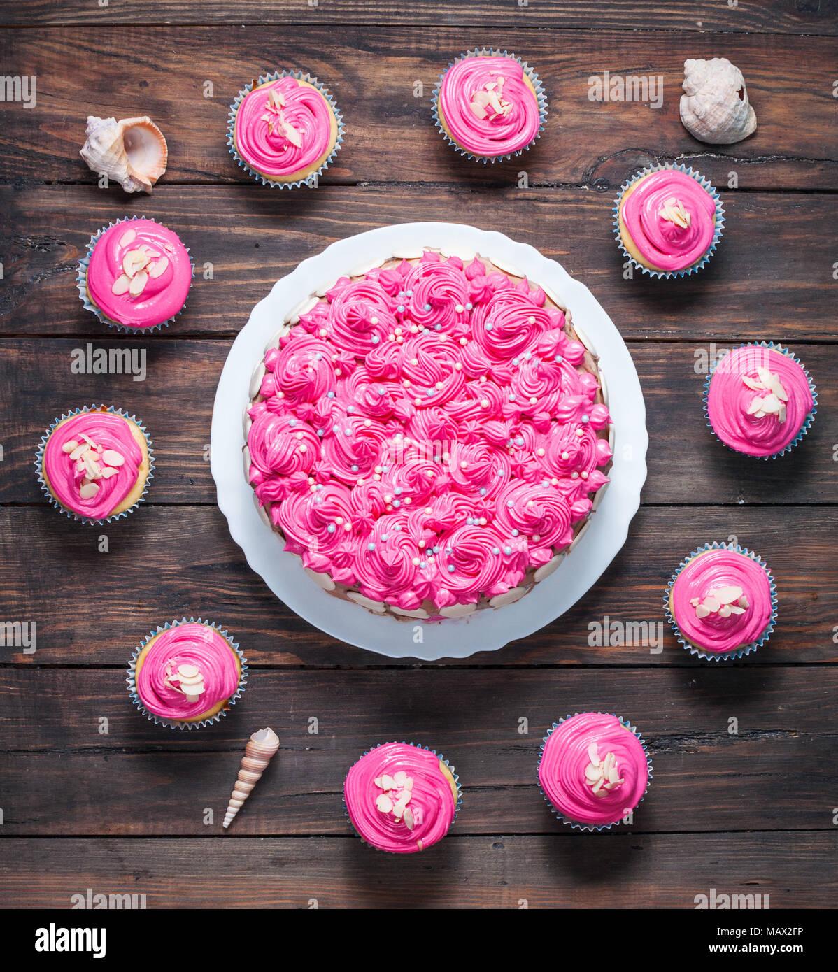 Kuchen Und Muffins Mit Rosa Creme Auf Rustikalem Holz Hintergrund. Rosa  Kuchen. Ansicht Von Oben