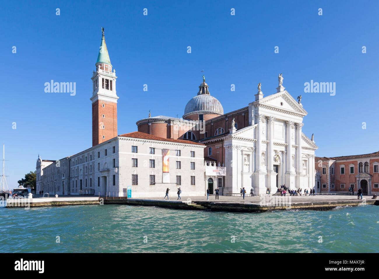 Isola di San Giorgio Maggiore von Basino San Marco und dem Canale della Giudecca, Venedig, Venetien, Italien auf einem blauen Himmel sonnigen Tag. Von Andrea Palladio entworfen Stockbild