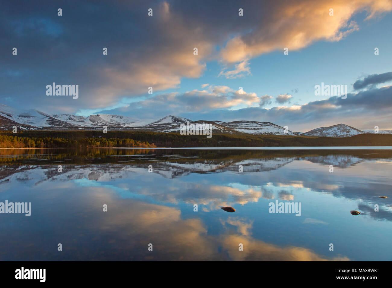 Loch Morlich bei Sonnenuntergang im Winter, Cairngorms National Park, Badenoch und Strathspey, Highland, Schottland, UK Stockbild