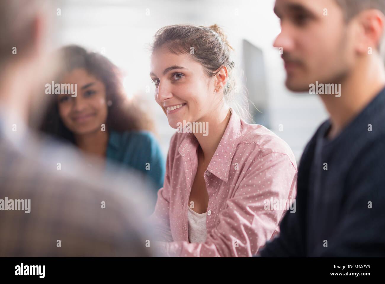 Sitzung am Start. Eine funktionierende multiethnische Gruppe Stockbild