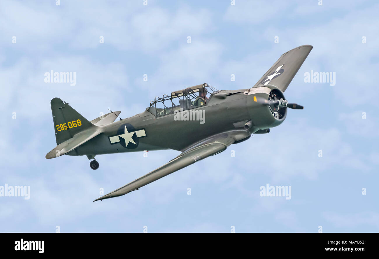 North American T-6 Texan vintage single Propellerflugzeuge (Registrierung 285068) Fliegen in einem Flugzeug Anzeige in England, Großbritannien. Stockbild