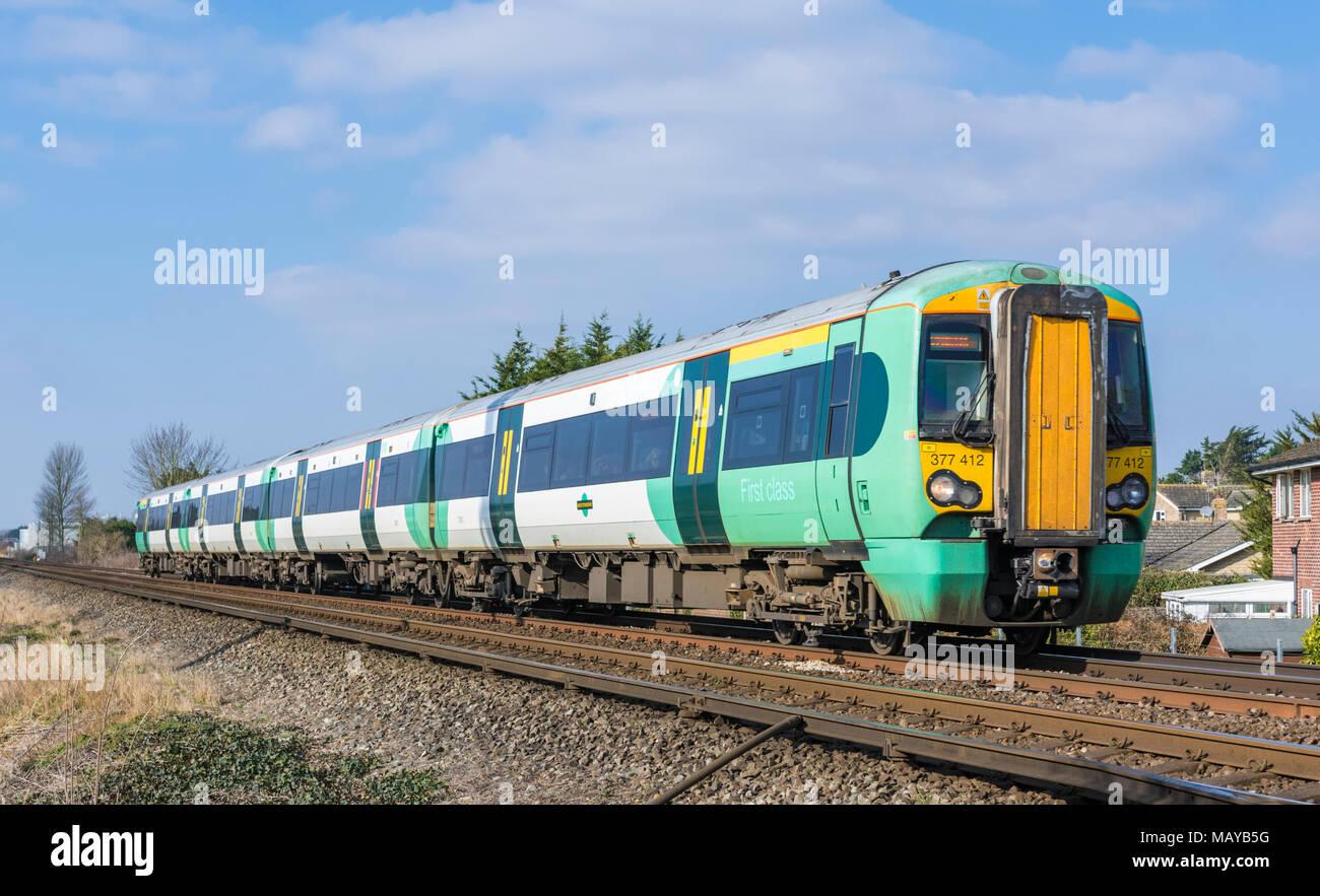 Southern Rail Class 377 Electrostar elektrische Zug aus dem südlichen Rampe auf eine britische Eisenbahn in West Sussex, England, UK. Reisen mit der Bahn. Stockbild